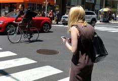 New York, Etats-Unis - 30 mai 2018 : Utilisation de femme son smartphone au St photographie stock