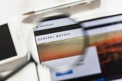 New York, Etats-Unis - 4 mars 2019 : Compagnie de General Motors, page d'accueil officielle de site Web de GM sous la loupe génér photographie stock libre de droits