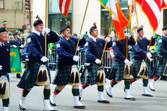 NEW YORK, ETATS-UNIS - 17 MARS 2015 : Le défilé du jour de St Patrick annuel le long de la Cinquième Avenue à New York photos stock
