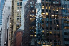 NEW YORK, ETATS-UNIS - 27 NOVEMBRE 2017 : 5ème avenue et 45nd rue, Midtown M Images stock
