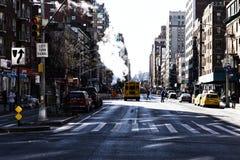 New York, Etats-Unis - NOVEMBRE 2018 : Rue de Manhattan avec de la fumée et le schoolbus photographie stock libre de droits