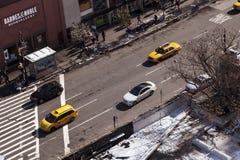 Taxis et voitures jaunes dans la rue Manhattan New York de Greenwich Photo libre de droits