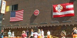 NEW YORK, NEW YORK, ETATS-UNIS - 15 SEPTEMBRE 2015 : drapeaux sur un mur à un mémorial aux pompiers ny tués sur septembre 11 photos libres de droits