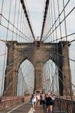 New York, Etats-Unis - 2 septembre 2018 : les gens marchant sur le pont de Brooklyn images stock