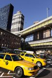 Tráfego do táxi de NYC pelo terminal de ônibus da autoridade portuária imagens de stock