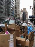 NEW YORK, EUA - 1º de agosto de 2010 - toneladas de lixo é em ruas cada noite Imagem de Stock Royalty Free