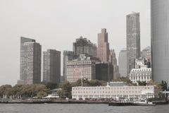 NEW YORK, EUA - 31 de agosto de 2018: Dia nebuloso em New York Ideia da skyline de Manhattan em NYC fotografia de stock royalty free