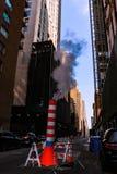 NEW YORK, EUA - 30 de agosto de 2018: Uma cena típica de New York é o tubo listrado de que o vapor vem Tubulação de vapor no fotografia de stock
