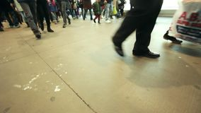 New York, EUA - 27 de dezembro de 2017, balsa do Staten Island - os pés dos passageiros aglomera-se vídeos de arquivo