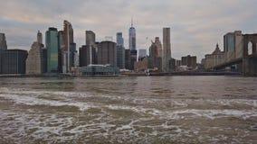 New York, New York, EUA - 30 de dezembro de 2018: Opinião de Outdooors no parque da ponte de NYC New York City Brooklyn por East  vídeos de arquivo