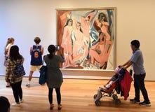 New York, EUA - 8 de junho de 2018: Povos perto da dor de Pablo Picasso imagem de stock