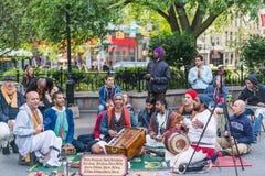 NEW YORK, EUA - 3 DE JUNHO DE 2018: Seguidores de Krishna da lebre que jogam a música em Union Square Parque quadrado da união imagem de stock royalty free