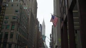 NEW YORK, EUA - 5 DE MAIO DE 2019: Bandeira dos EUA na constru??o video estoque