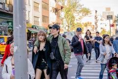 NEW YORK, EUA - 9 DE MAIO DE 2018: Rua do bairro chinês com carros e povos e construções em um dia ensolarado em New York imagens de stock royalty free