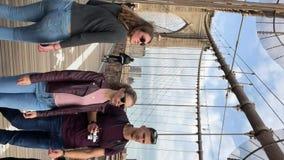 NEW YORK, EUA - 6 DE MAIO DE 2019: Vídeo vertical Sinal, tijolos, perto da ponte de Brooklyn filme