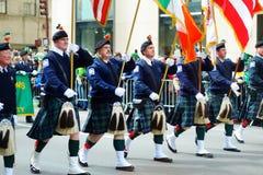 NEW YORK, EUA - 17 DE MARÇO DE 2015: A parada do dia do St Patrick anual ao longo da Quinta Avenida em New York fotos de stock