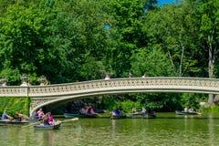 NEW YORK, EUA - 22 DE NOVEMBRO DE 2016: Povos não identificados que apreciam e que remam no Central Park na ponte da curva, New Y Imagem de Stock Royalty Free