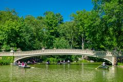 NEW YORK, EUA - 22 DE NOVEMBRO DE 2016: Povos não identificados que apreciam e que remam no Central Park na ponte da curva, New Y Foto de Stock Royalty Free