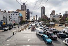NEW YORK, EUA - 26 DE SETEMBRO DE 2013: tráfego na rua do leste 60th Foto de Stock Royalty Free