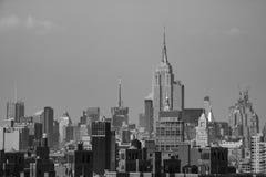 New York, EUA - 2 de setembro de 2018: Monocromático com a ponte de Brooklyn sobre Manhattan em New York fotos de stock