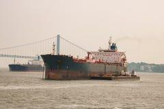 New York, EUA - 2 de setembro de 2018: Navio no fundo de golden gate bridge em um dia nebuloso imagem de stock