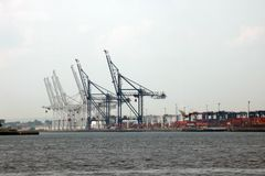New York, EUA - 2 de setembro de 2018: Porto marítimo com guindastes e docas cedo na manhã fotos de stock