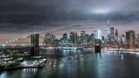 NEW YORK, EUA - EM MAIO DE 2018: Skyline de Manhattan e ponte de Brooklyn na noite Timelapse Edifícios altos filme
