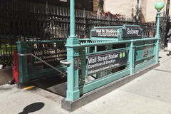 New York, EUA - entrada do metro no Lower Manhattan em Broadway Fotografia de Stock