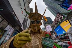 NEW YORK - EUA estátua da liberdade do ser humano dos Times Square do 22 de abril de 2017 fotos de stock
