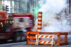 New York - 6 février 2013 : réparations de rue avec la vapeur et le trafic de précipitation image libre de droits