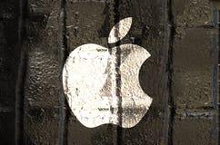 New York Förenta staterna - september 21, 2016: Dragen Apple logo arkivfoto