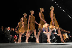 NEW YORK - 10. FEBRUAR: Ein Modell geht die Rollbahn an der Ralph Rucci-Modeschau während Falles 2013 Lizenzfreie Stockfotos