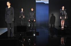 NEW YORK - FEBRUARI 09: Models poserar på statisk elektricitetpresentationen för den Porsche samlingen F/W 2013 Royaltyfri Bild