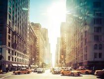 NEW YORK - Februari 21: Gula taxi som kör på Central Parkaveny på Februari 21 2009 i New York, USA Fotografering för Bildbyråer