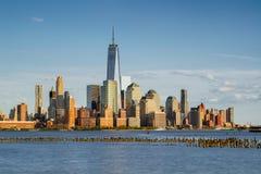 New York finansiella områdesskyskrapor och Hudson River på solnedgången Arkivbilder