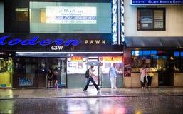 New York folk i regn Arkivbilder
