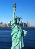 New York: Freiheitsstatue und Manhattan-Skyline Lizenzfreies Stockbild