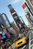 NEW YORK - gelbe Rollenfahrerhäuser setzen Zeit Quadrats fest Lizenzfreies Stockbild