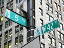 New York: genomskärningen av den 42nd gatan och den 5th avenyn i nytt Arkivfoto
