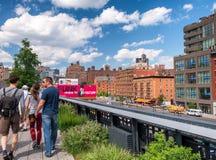 NEW YORK - GIUGNO 2013: La gente si muove seguendo l'alta linea parco della città Immagini Stock Libere da Diritti