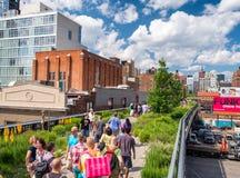 NEW YORK - GIUGNO 2013: La gente si muove seguendo l'alta linea parco della città Fotografie Stock