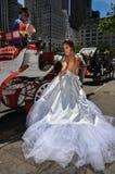 NEW YORK - 13 giugno: Pose di modello di Kalyn Hemphill davanti al trasporto del cavallo Fotografie Stock Libere da Diritti