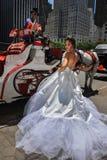 NEW YORK - 13 giugno: Pose di modello di Kalyn Hemphill davanti al trasporto del cavallo Fotografie Stock