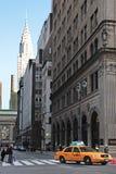 New York gulnar taxitaxin rusar från den Grand Central stationsunden royaltyfria bilder