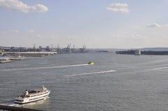 New York hamn från den Brooklyn bron över East River av Manhattan från New York City i Förenta staterna royaltyfria bilder
