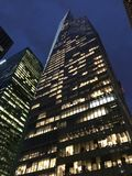 New York himmelskrapa på natten Arkivfoto