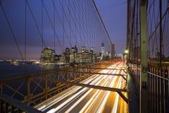 New York horisont från den Brooklyn bron vid natt Arkivfoton