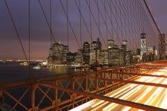 New York horisont från den Brooklyn bron vid natt Royaltyfri Foto