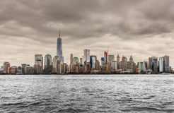 New York horisont från Liberty Park på en molnig dag Royaltyfri Fotografi