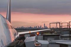 New York horisont och flygplan Royaltyfri Fotografi